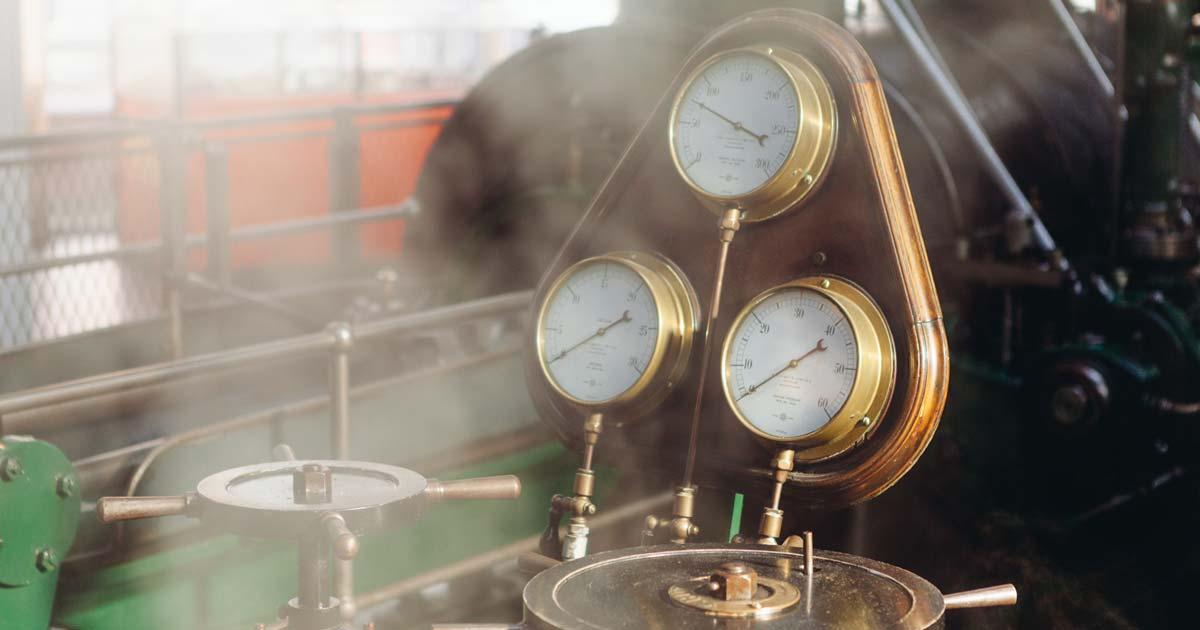 Imagem mostra relógios de uma máquina antiga de uma fábrica