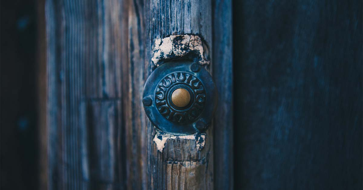 Detalhe de um adorno em, aparenteente, parece ser uma porta de madeira