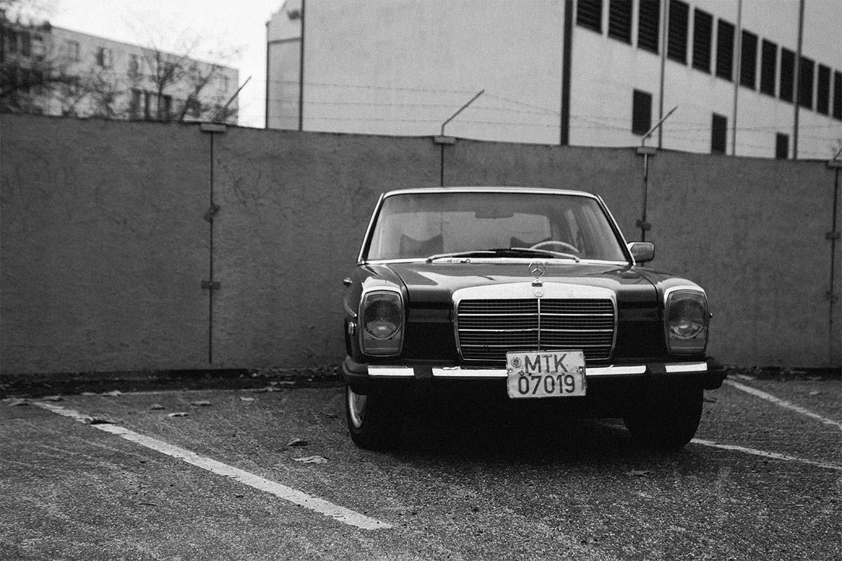 Carro antigo preto, visto de frente
