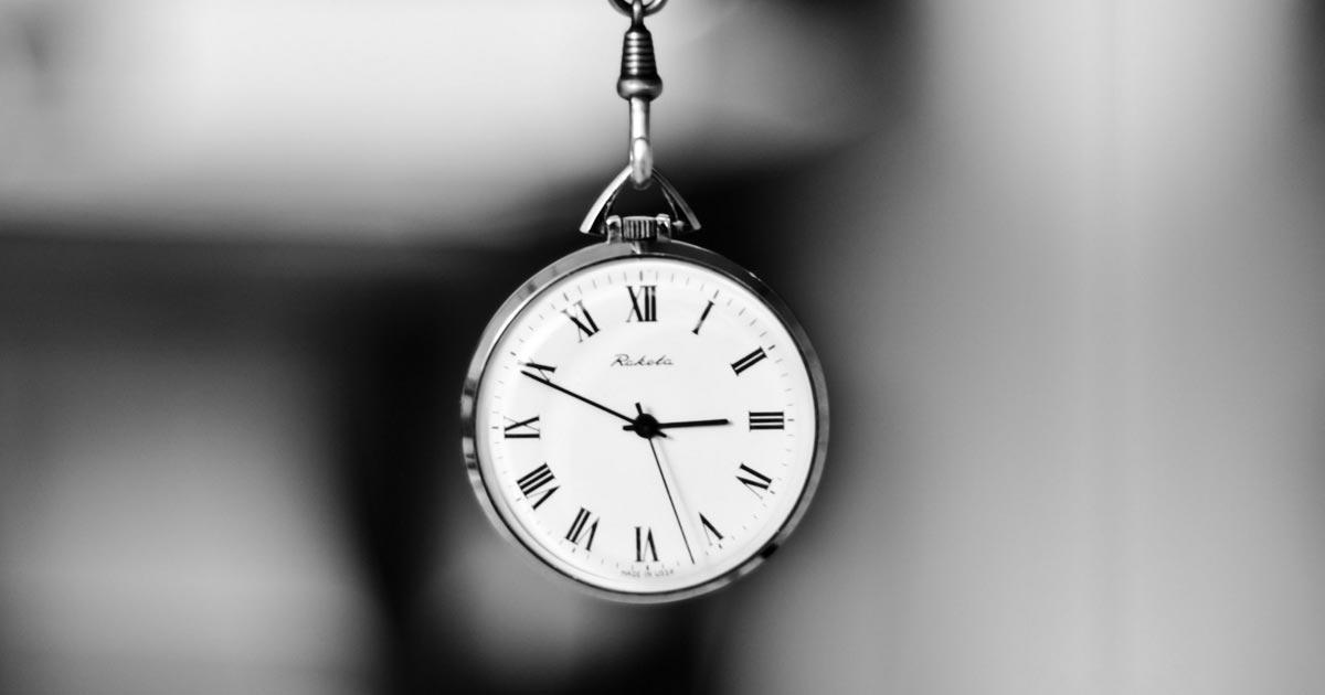Imagem mostra relógio de pulso segurado pela corda
