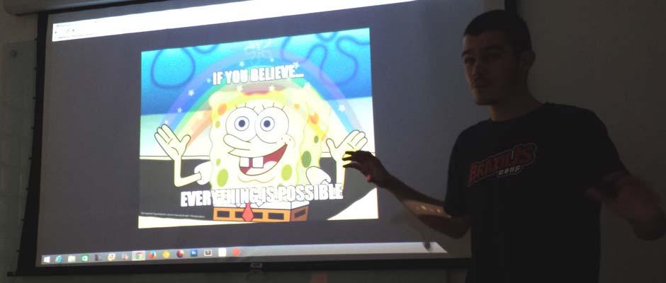 Felquis Gimenes apresentando na sua talk no Meetup CSS