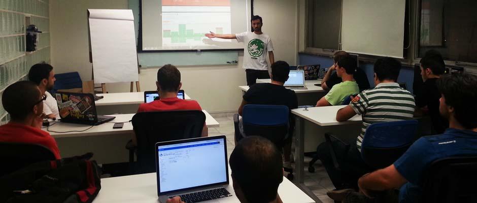 Deivid Marques apresentando na sua talk no Meetup CSS
