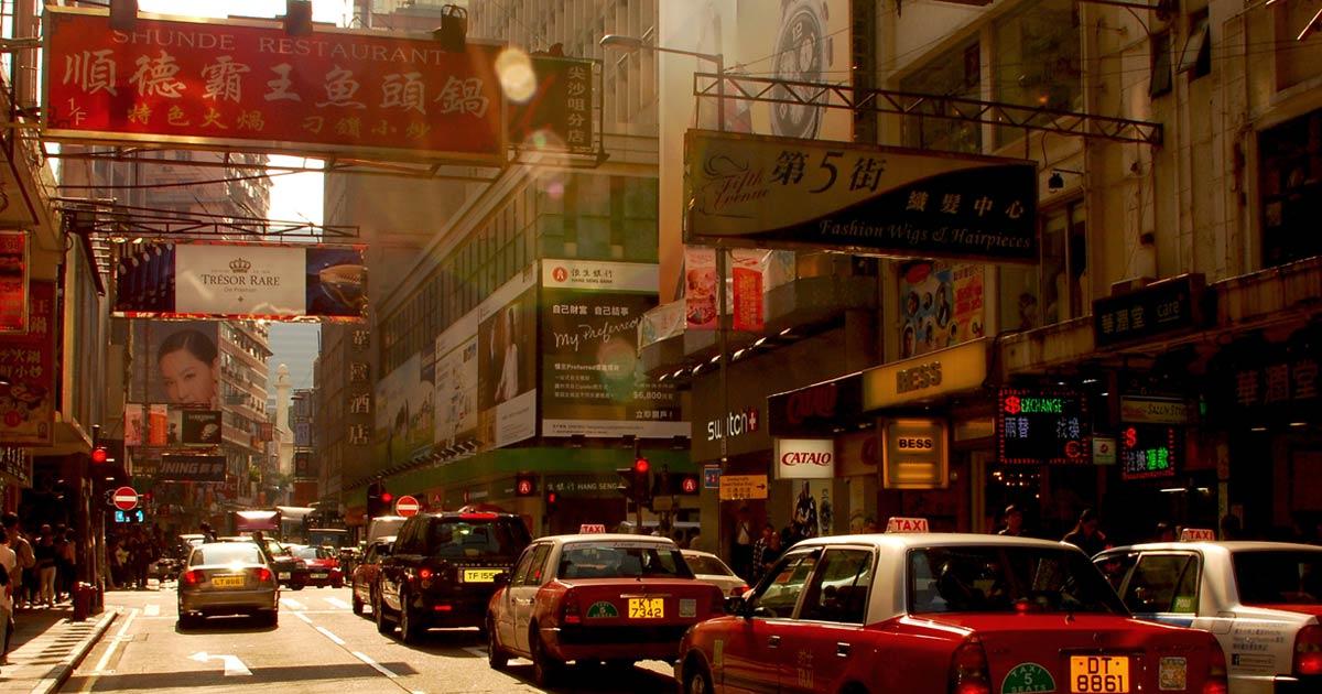 Rua na China com trânsito de carros