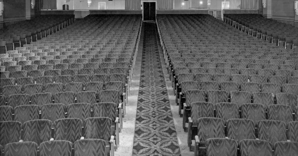 Imagem de um teatro visto do palco
