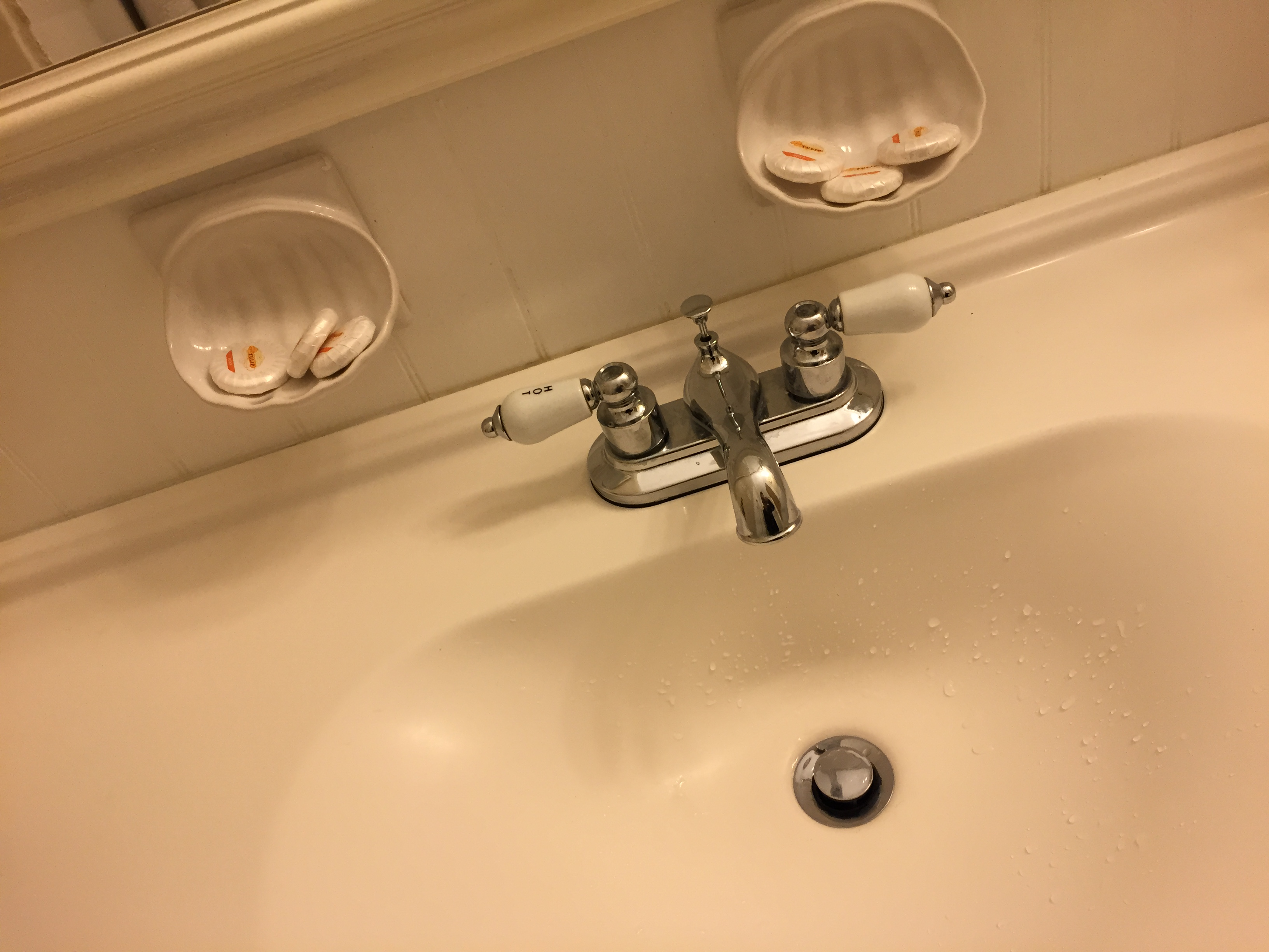 Sink with analogue faucet