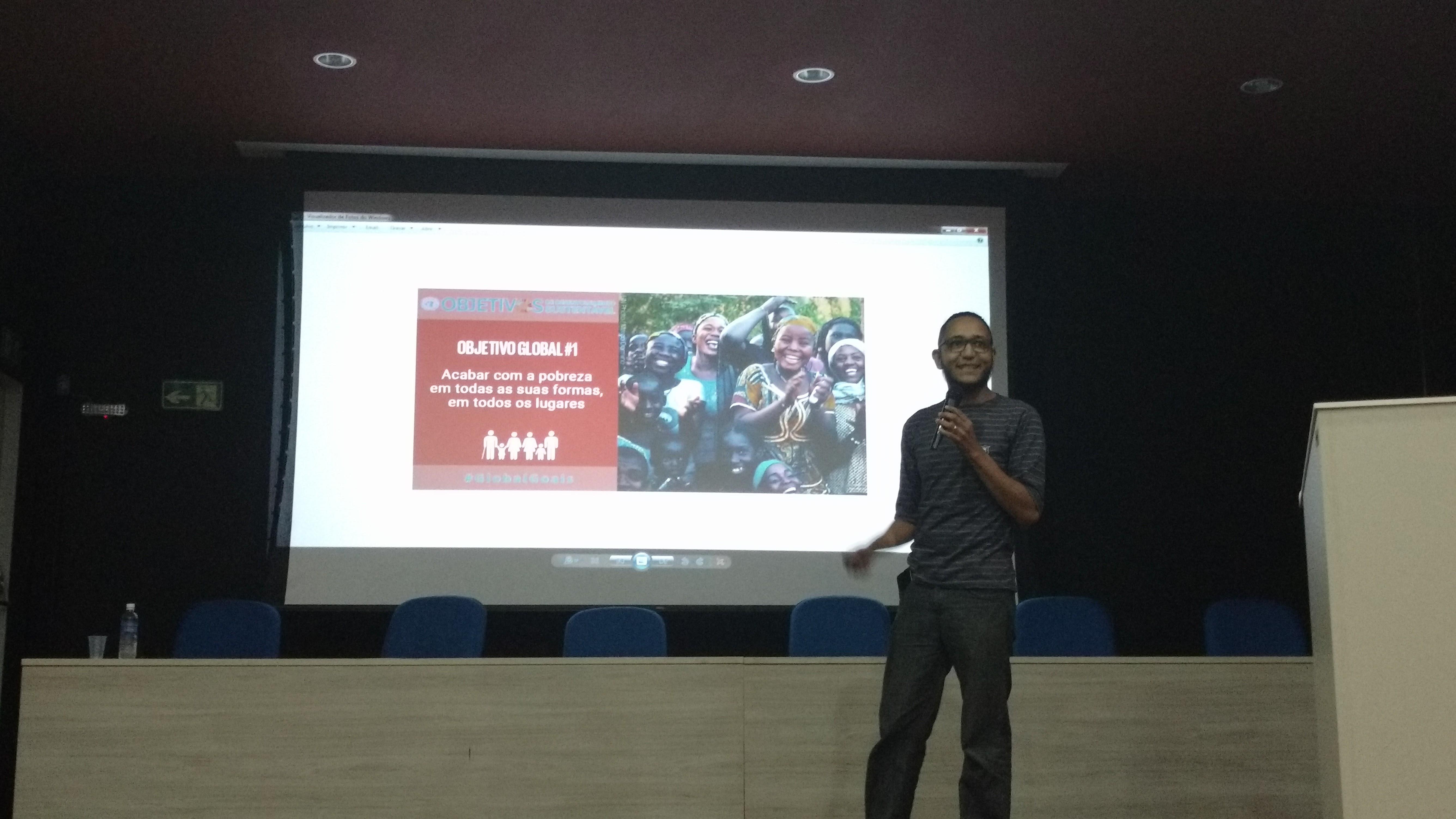 Talles Moura fazendo a apresentação do tema do evento