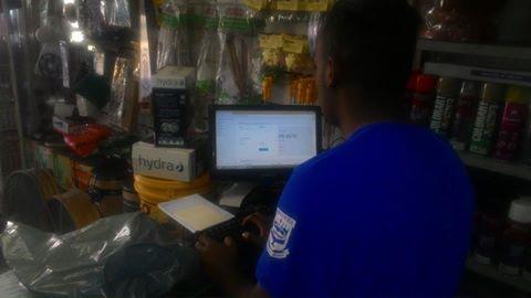 Imagem do funcionario da empresa operando o computador